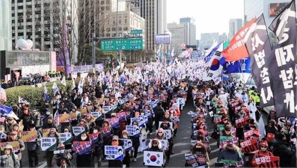 【韓国】ソウル都心で太極旗集会「朴槿恵前大統領を釈放せよ」