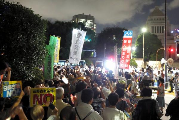 【画像】国会前で日本市民8500人がろうそくデモ
