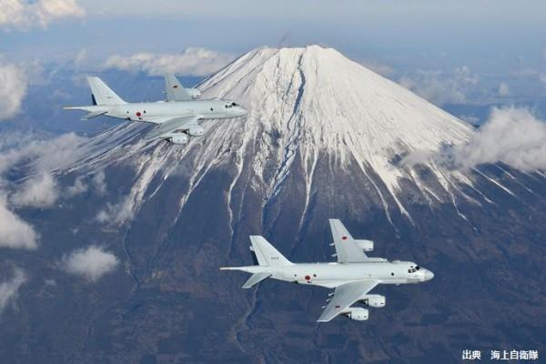 富士山上空を飛行するP-1哨戒機…全国各地の海上自衛隊基地で初の飛行訓練!