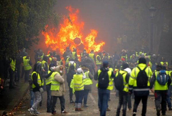 仏マクロン大統領「戦争みたいなデモに外国がドン引きしてるぞ!冷静になろう」→更に炎上