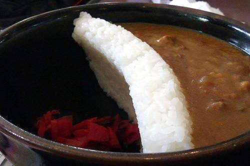 『ダムカレー』は不謹慎。壊して食べる行為が悲惨な災害を連想させる悪ふざけ!」批判記事が物議、日本ダムカレー協会は反論
