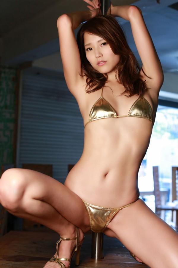 エロ画像 ゴールドビキニ   金色ビキニ水着エロ画像】光沢ありのゴールド水着を着た女は ...