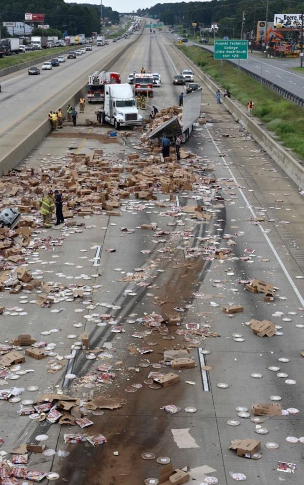【画像】 冷凍ピザを満載したトラックが事故 → 道路にピザを撒き散らすwwwww