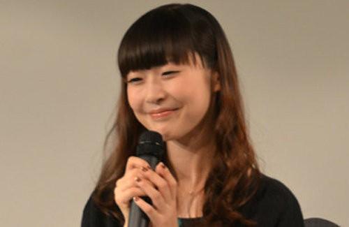マイクを持っている声優の能登麻美子