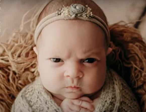 赤ちゃんのファーストフォトでのむっつり顔がなんだか可愛いと