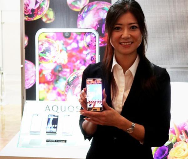 シャープ、「AQUOS R Compact」を発表。iPhone Xキラーとなるか