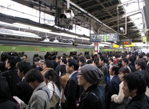 電車通勤が辛くてほんと嫌になる。こんなのに耐えるのがデフォって頭おかしいだろこの国