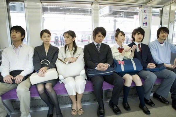 女性が電車で「気持ち悪い」と感じる男性の行為がこちら!全部アウトすぎるwwww