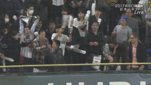 WBC 日本 ホームランボール キャッチ 観客 山田哲人に関連した画像-03
