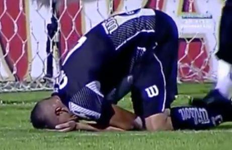世にも悲劇的なサッカーオウンゴールが発生してしまう!これは!!!(`;ω;´)
