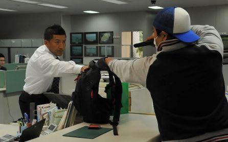 【動画】3人の銀行強盗を一瞬で撃退した男性が冷静沈着すぎて凄いwwwww