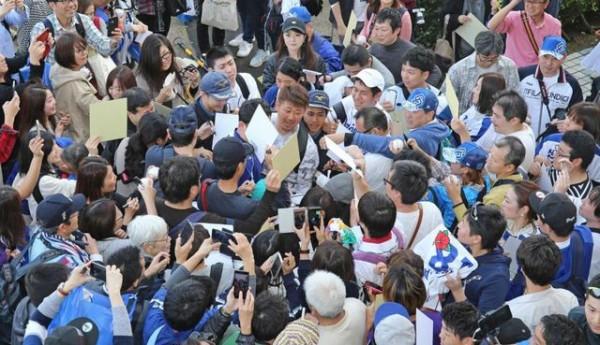 【悲報】野球ファンが松坂破壊…ネットに非難の嵐「一線を越えた」「もう全球団ファンサービス禁止に」