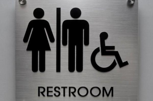 「4歳の娘が自分でトイレに行けないから」仕方なく女子トイレに入った男性に世界中の女性から批判