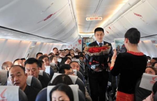 キャビンアテンダントが飛行機内で恋人からプロポーズを受ける←ええな 会社「お前の私用に客を巻き込むな。解雇」←!?