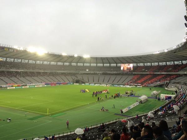 ◆J小ネタ◆味スタのFC東京サポが雨を避けて屋根に沿ってきれいに避難してて草
