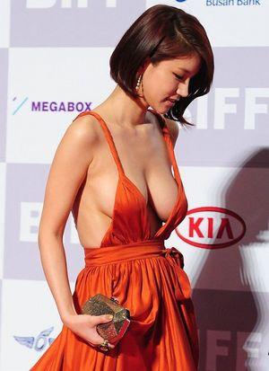 巨乳 ドレス