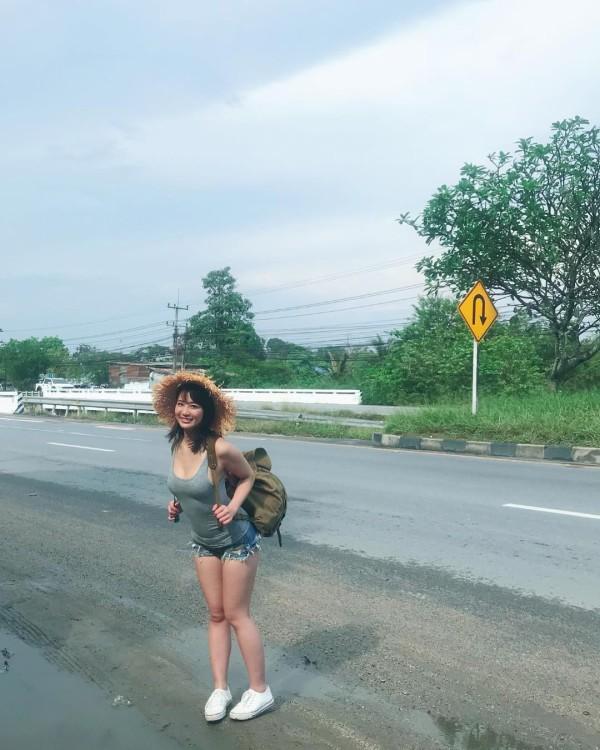 【画像】 ヤバイ格好で旅をしている巨乳美女が見つかる