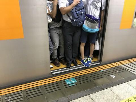 【悲報】毎日片道1時間30分の満員電車通勤してたらついさっき電車の中で叫んでしまった・・・