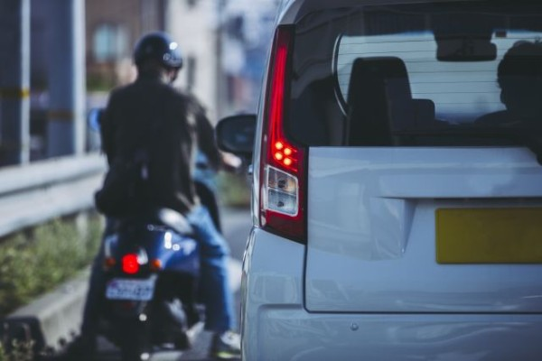 【疑問】原付乗りだが車乗ってる人って何ですり抜け邪魔するの?