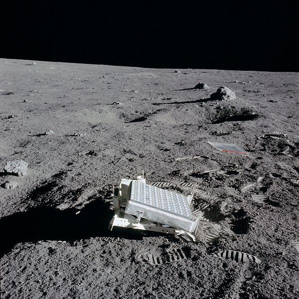 アポロ計画により月面に設置された再帰反射器(コーナーキューブ)で ...