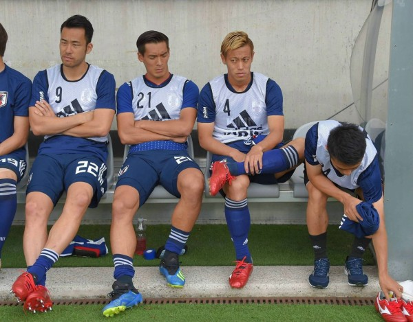 【 画像 】パラグアイ戦でベンチに座る本田圭佑がちょっと話題に・・・