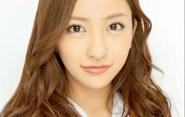 【朗報】板野友美、女子高生の制服姿披露で絶賛の声