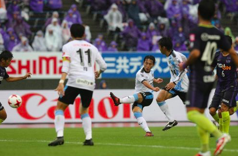 【J1】川崎、優勝争いに踏みとどまる勝ち点3!ポドルスキが来日初の右足ゴール!大宮、マテウス弾で土壇場ドロー…