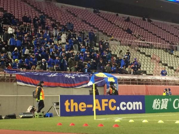 【ACL】上海サポが鹿島の選手に水かける 規定違反の場所に横断幕も…1次リーグでトラブル