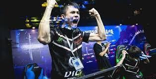 【画像】これが日本のe-sports界のトップ選手だwwどこが陰キャやねんww