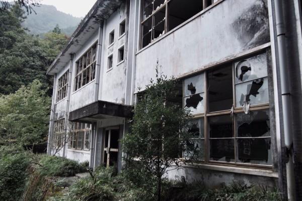 廃校を利用した生ハム工場があまりにもホラーすぎる!!教室に大量に吊るされた・・・・・