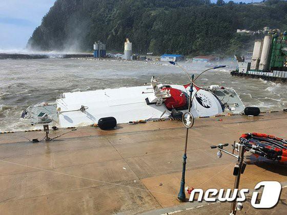 台風9号で港に避難していた『独島‐鬱陵島』旅客船が転覆したニダ ...