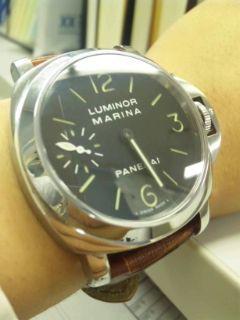 1de500e183 僕のではなく友人のものを着けさせていただきました。 腕時計のサイズは手首と同じか、少しはみ出した感じですね。  ベルトが腕に対して垂直になっていて、その上、 ...